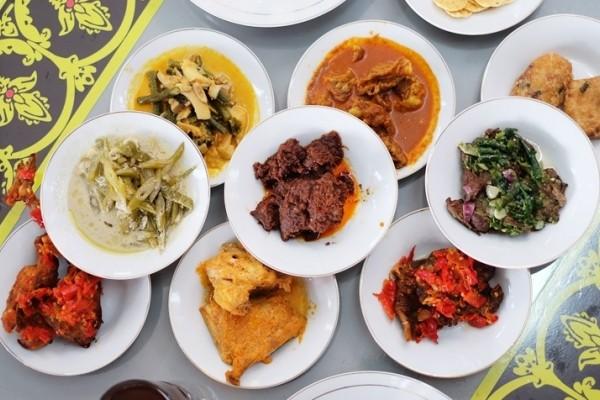 Enjoying Masakan Padang In Padang City West Sumatra Province